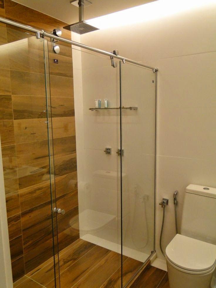 12 banheiros e lavabos com porcelanato que imita madeira salle de bains cabine douche et salle. Black Bedroom Furniture Sets. Home Design Ideas