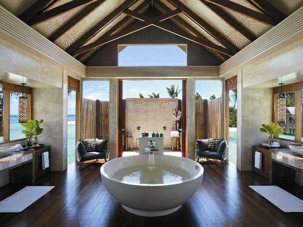 großes badezimmer runde freistehende wanne dekorative decke | ideas ...