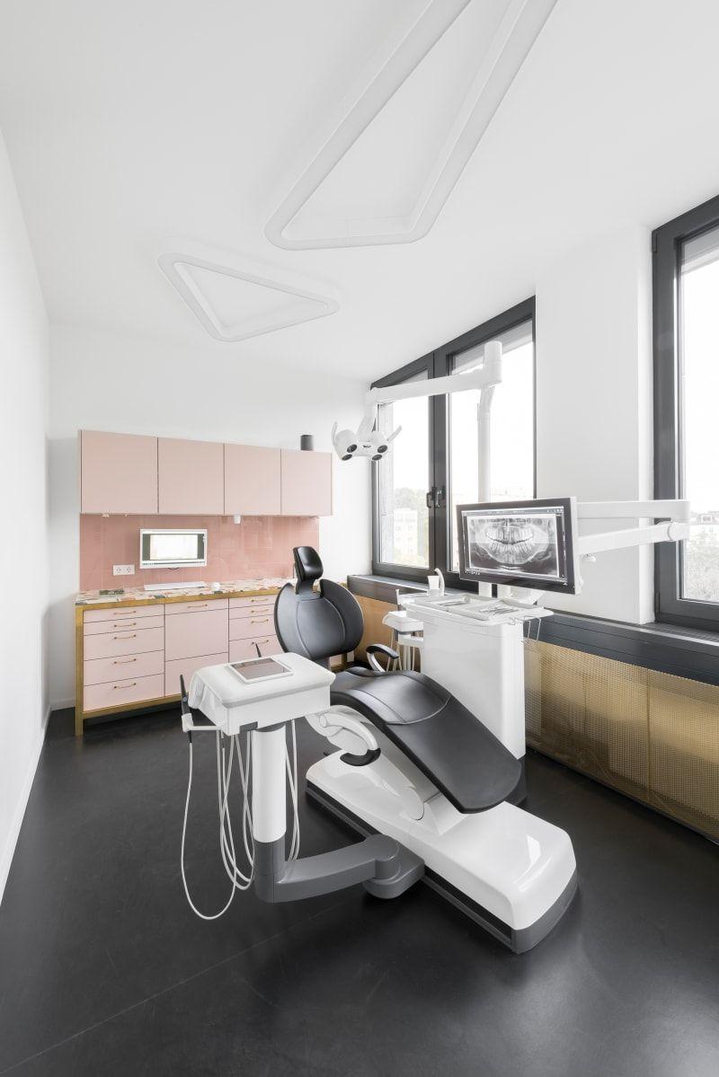 """Die Architekten des """"Berghain"""" haben eine Berliner Zahnarztpraxis modernisiert"""