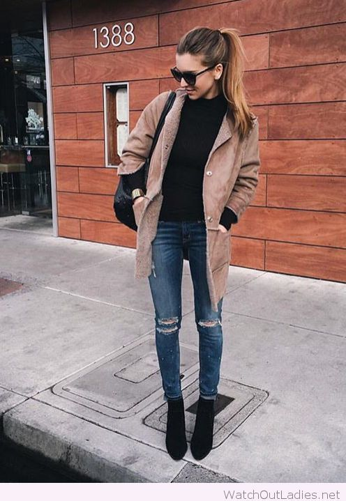 Jeans, black blouse and a nude coat