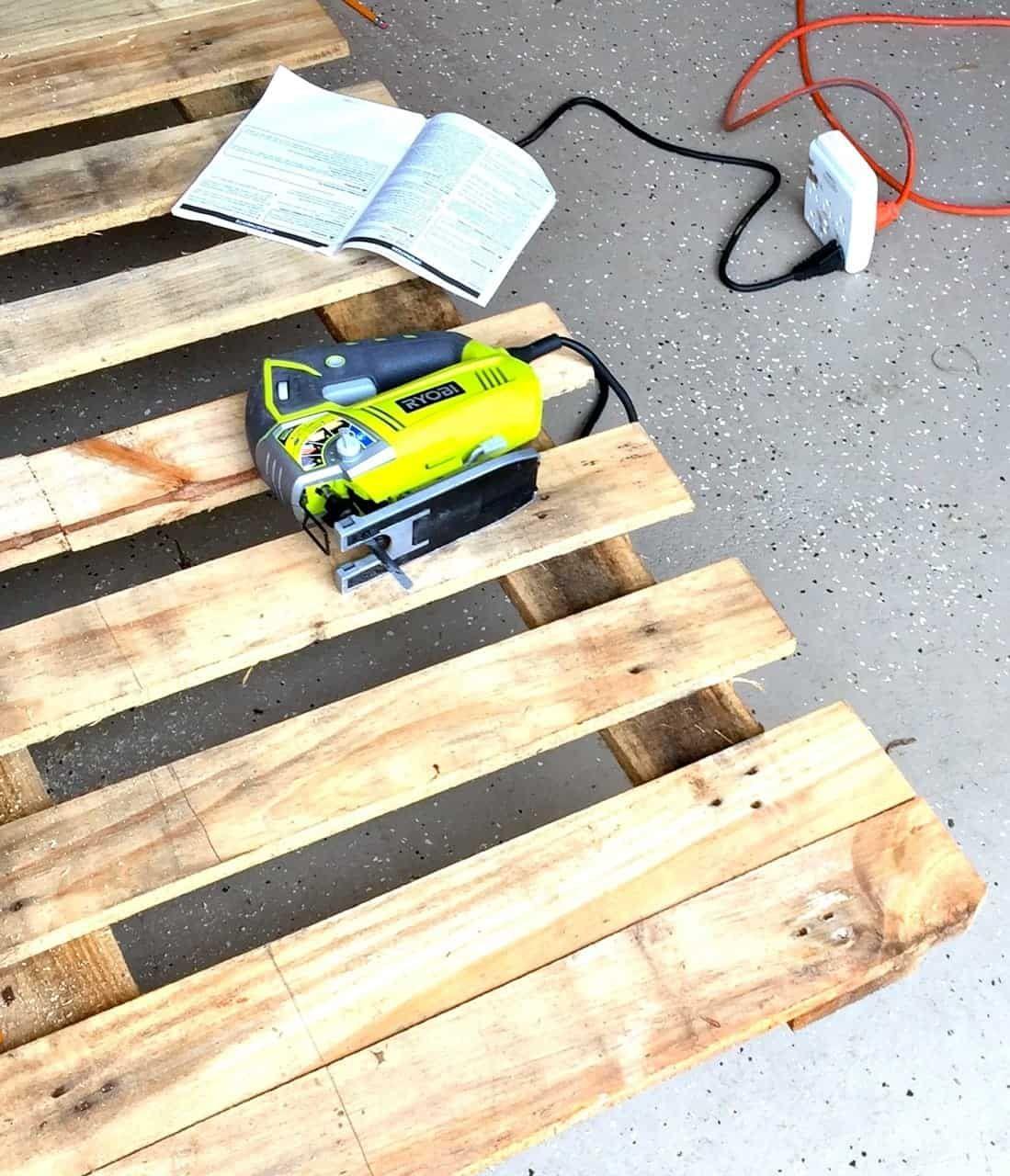 DIY Wall Mug Rack from Wood Pallet