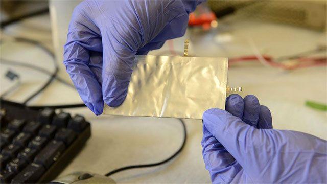 Pesquisadores criam bateria dobrável que carrega celular em um minuto