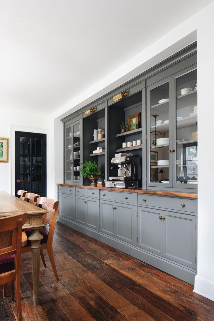 Kaffeebar mit graublauen Schränken im Esszimmer, antike Messingbeleuchtung, … – Wohnaccessoires Blog