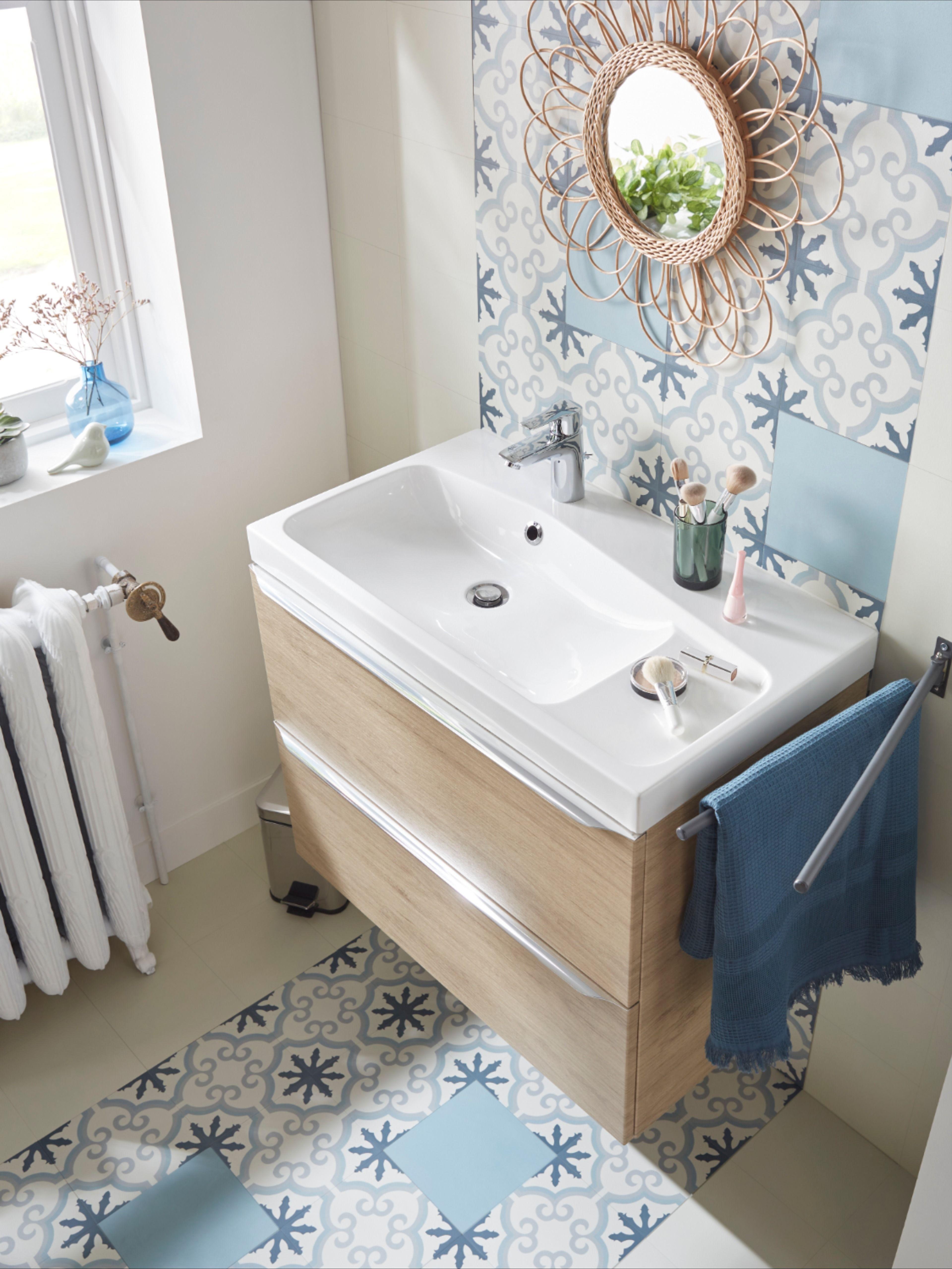 Une petite salle de bains pleine de charme. en 16  Sol bleu