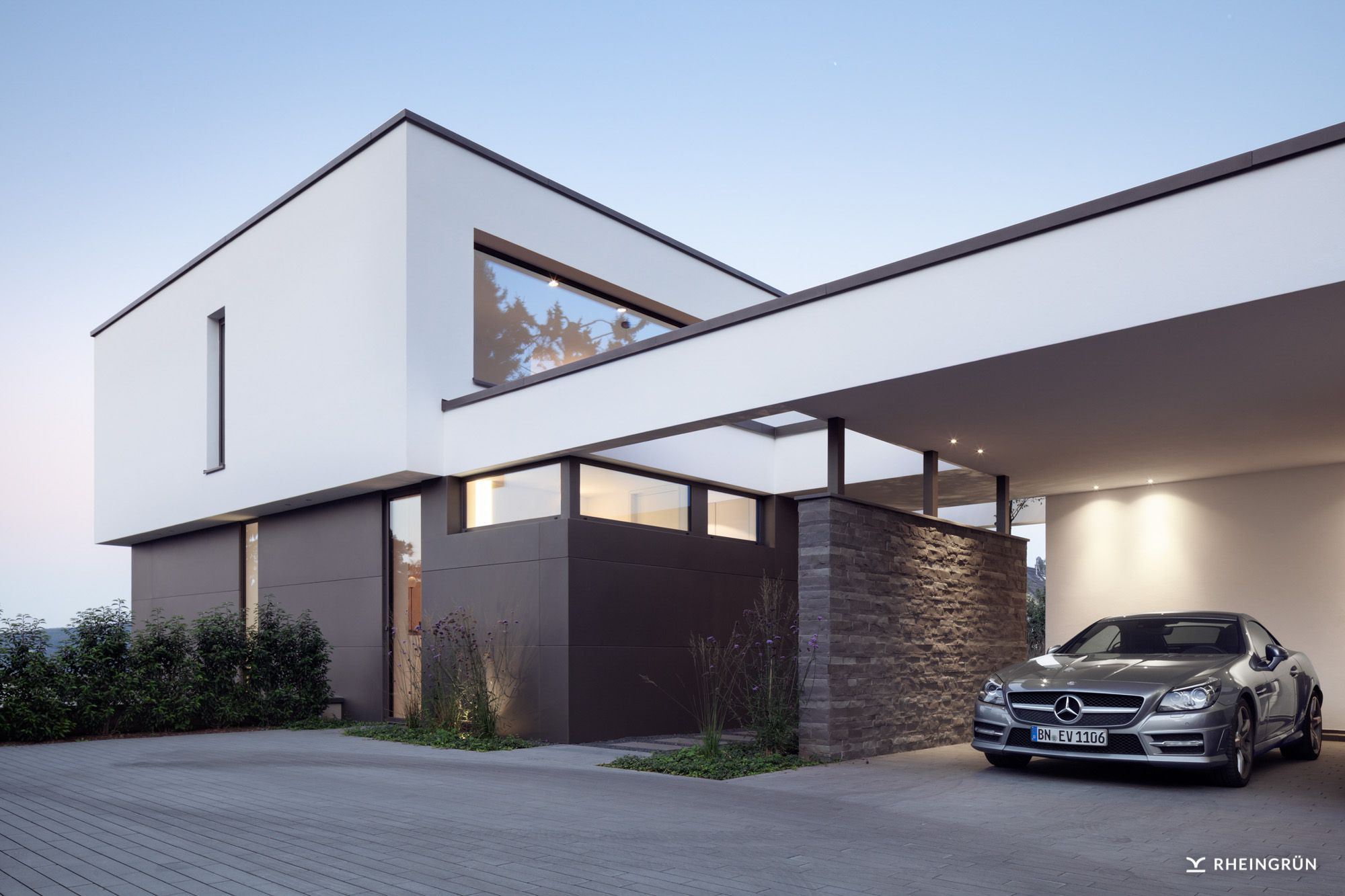 exklusive villa mit modernen wasserbecken aus cortenstahl und stimmungsvoller gartenbeleuchtung. Black Bedroom Furniture Sets. Home Design Ideas