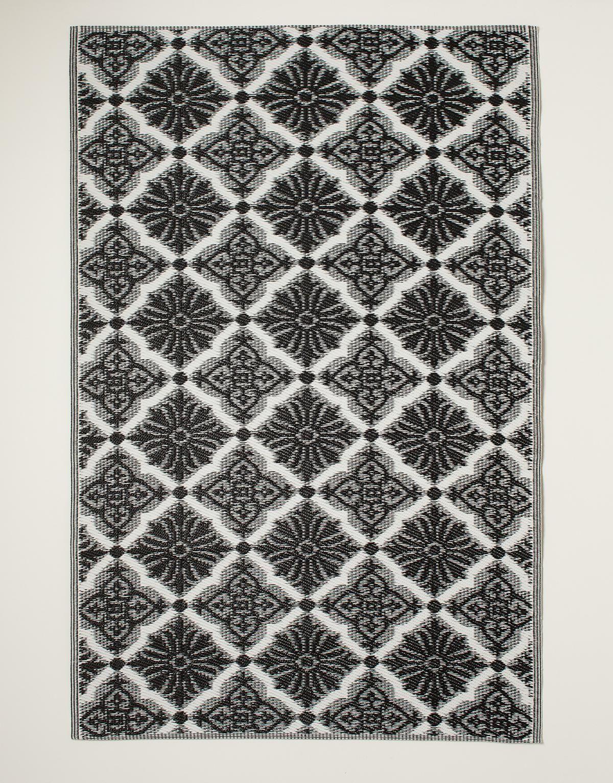 Matta i plast med grafiskt mönster. Denna matta gör sig perfekt på  balkongen eller altanen och förhöjer känslan av rum. Indiska 8ae419ae96b4e