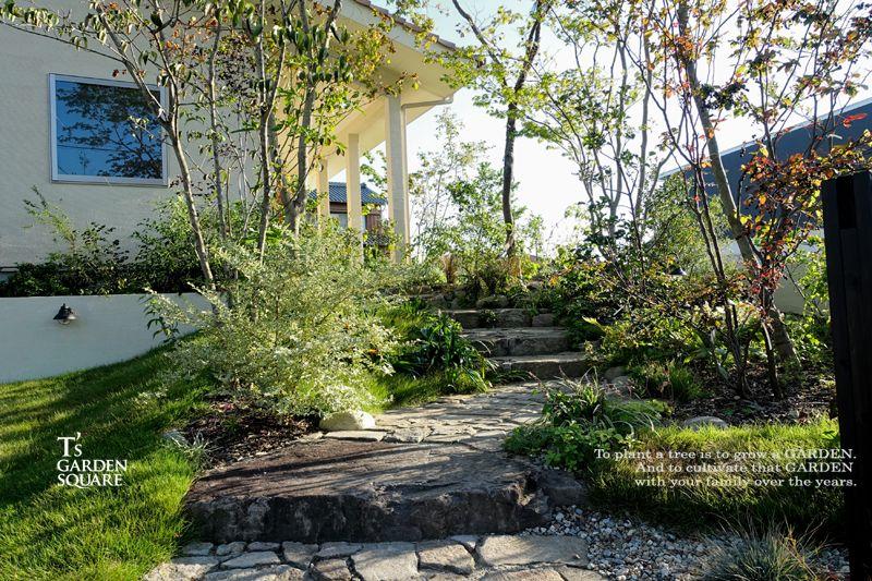 雑木で飾る石畳のアプローチ 庭 現代庭園 エクステリア