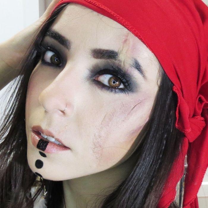 joli maquillage pirate femme sauvage avec fausse cicatrice et des yeux  charbonneux