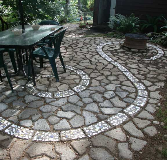 Reclaimed Concrete Blocks: DIY Concrete Block Patio With Swirl Made Of Cracked Plates