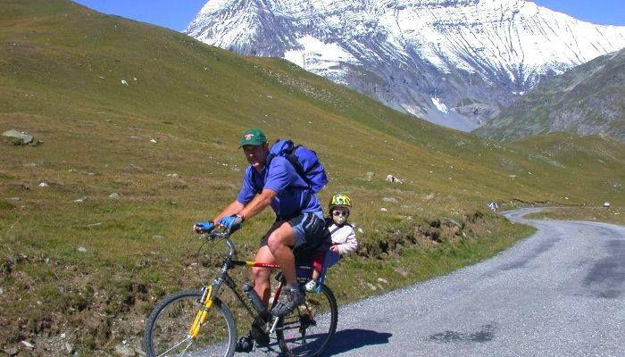 Balade à vélo près de la Résidence La Margerie à Val Cenis Lanslebourg http://bougerenfamille.com/val-cenis-lanslebourg-en-famille/