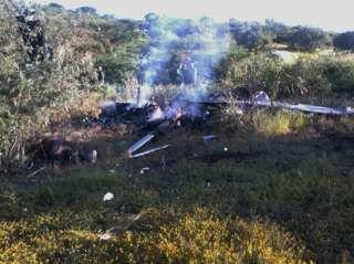 Image copyright                  EPA Image caption                                      El avión cayó en Cúpuan del Río, municipio de La Huaca, y se quemó.                                Un helicóptero del gobierno de Michoacán, un estado del oeste de México, fue derribado este martes en Tierra Caliente, una zona vinculada al narcotráfico, mientras participaba en un operativo. El suceso lo confirmó el propio gobernador del estado, S