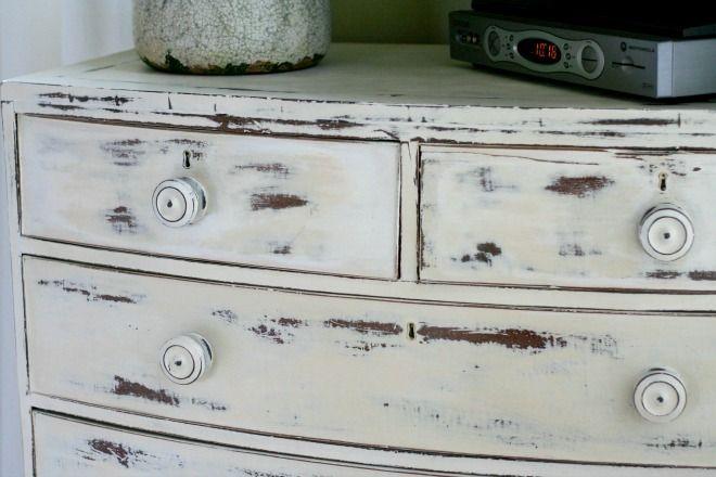 Cómoda desgastada en dos colores Old White arriba y Old Ochre abajo