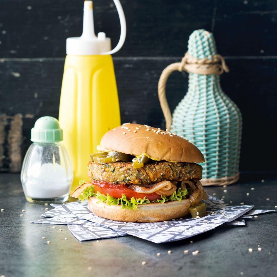 Saftige Burger und dazu noch knusprige Pommes: So verwandeln wir die heimische Küche gerne in ein (veganes) American Diner. Howdy!