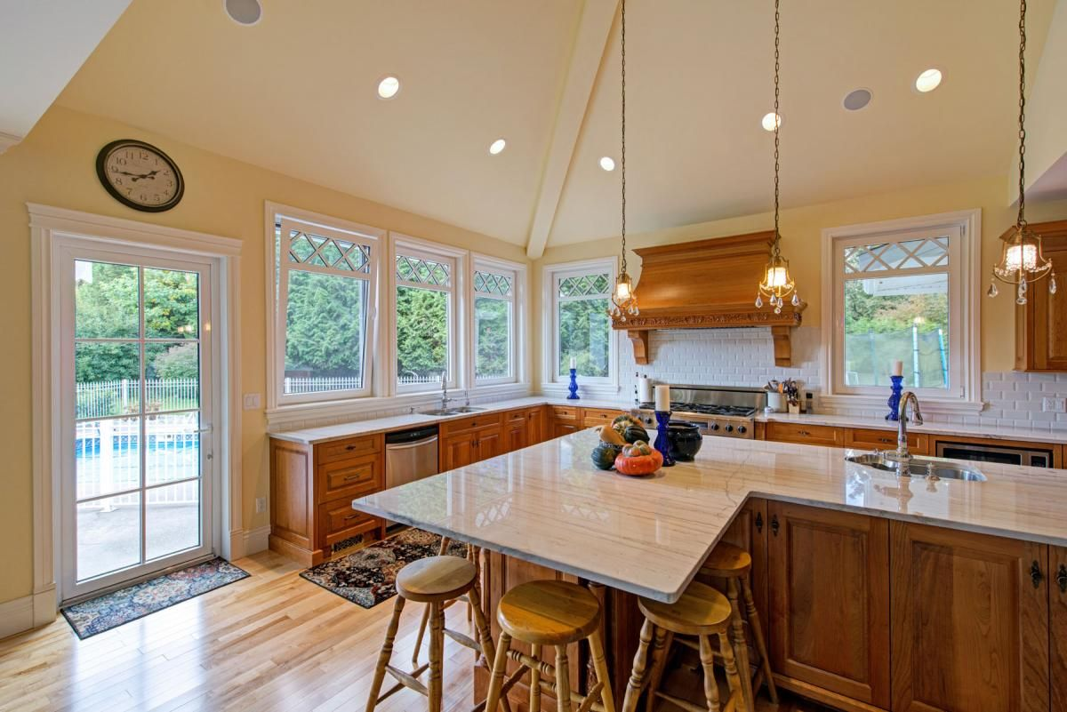 Lately We Ve Spotted A Growing Kitchen Design Trend Replacing Upper Cabinets With Extra Kitchens Without Upper Cabinets Upper Cabinets Kitchen Design Trends