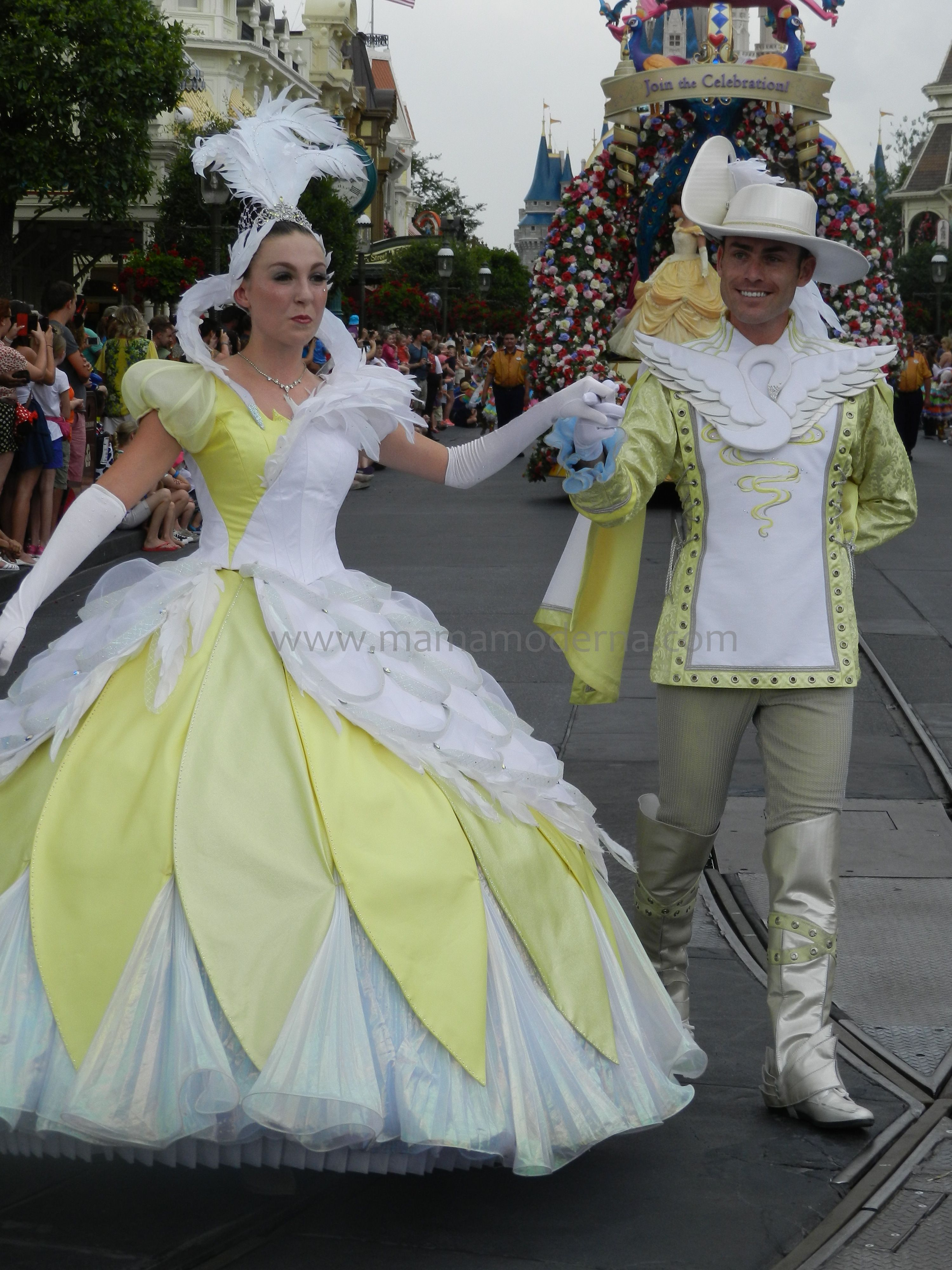 "Vestuario que acompaña la carroza ""Princess Garden"". #Disney Detalle aquí http://mamamoderna.com.mx/2014/06/disney-festival-of-fantasy-parade.html"