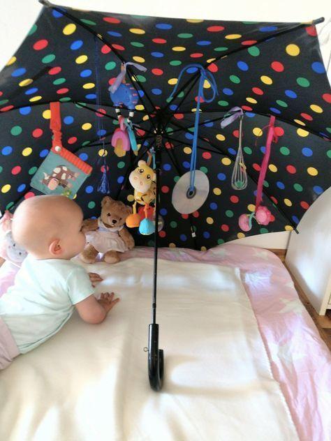 Der Sensorik-Regenschirm ist eine tolle Spielidee für euer Baby. Aus Alltagsgegenständen entsteht ein individuelles DIY Spielzeug für die Kleinsten.