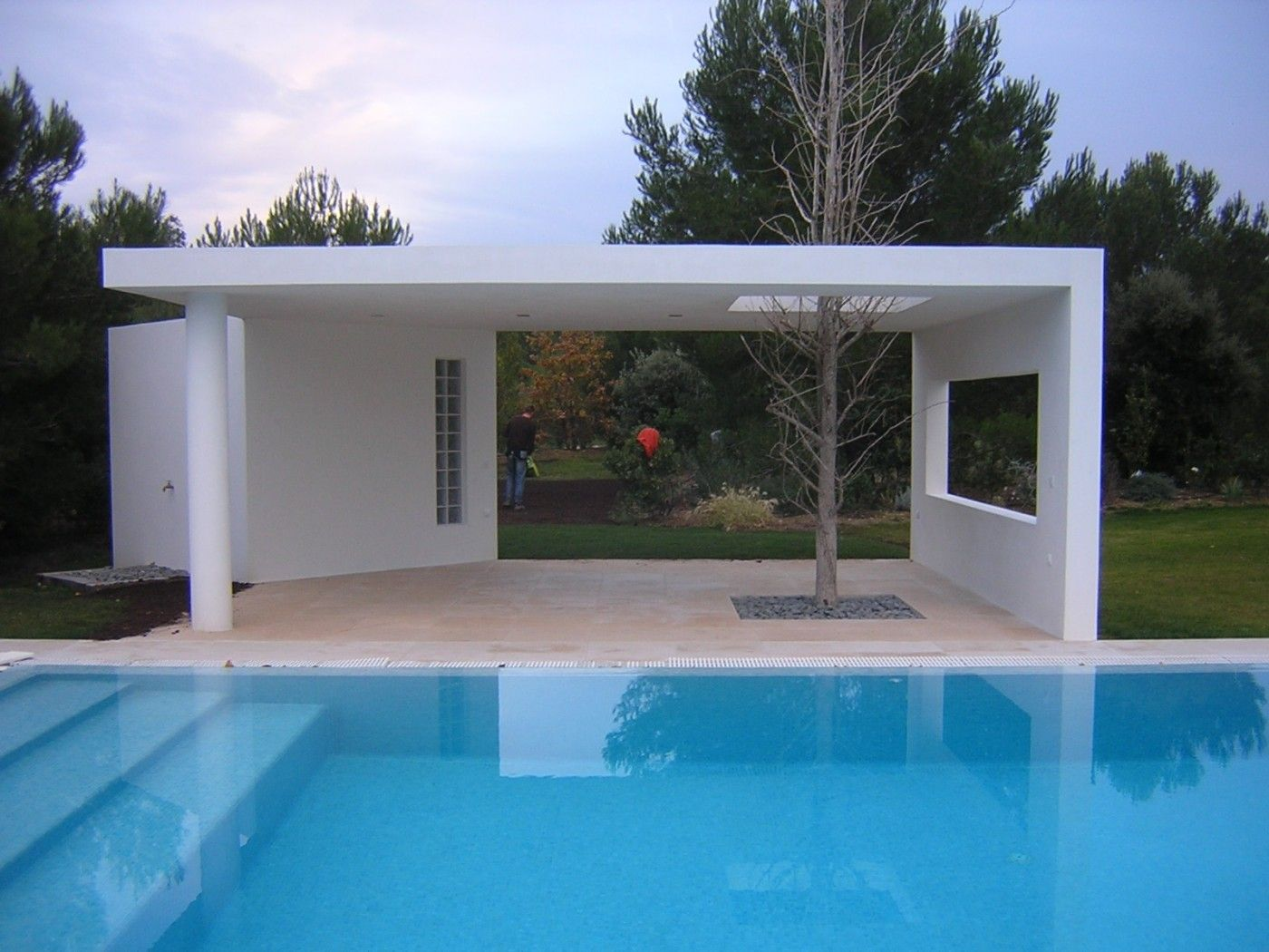 R alisation d 39 un pool house contemporain dans la r gion de for Local piscine toit plat
