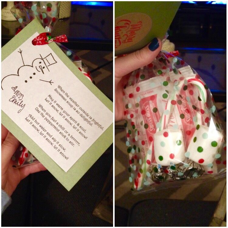 This was a holiday gift for my preschool class that I gave to each child. There's a winter poem attached describing what's inside (the holiday/winter theme was to include everyone and not just to celebrate Christmas). The bags had 1 Swiss Miss hot chocolate pack, 2 giant marshmallows, Hershey's Hugs and a candy cane. #targetfinds #snowmansoup #simplegift #preschoolteacher