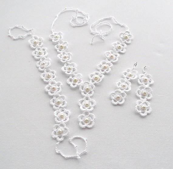 Beautiful crocheted flower and pearl jewelry set with bracelet, necklace/choker and earrings. No pattern. Such amazing inspiration!