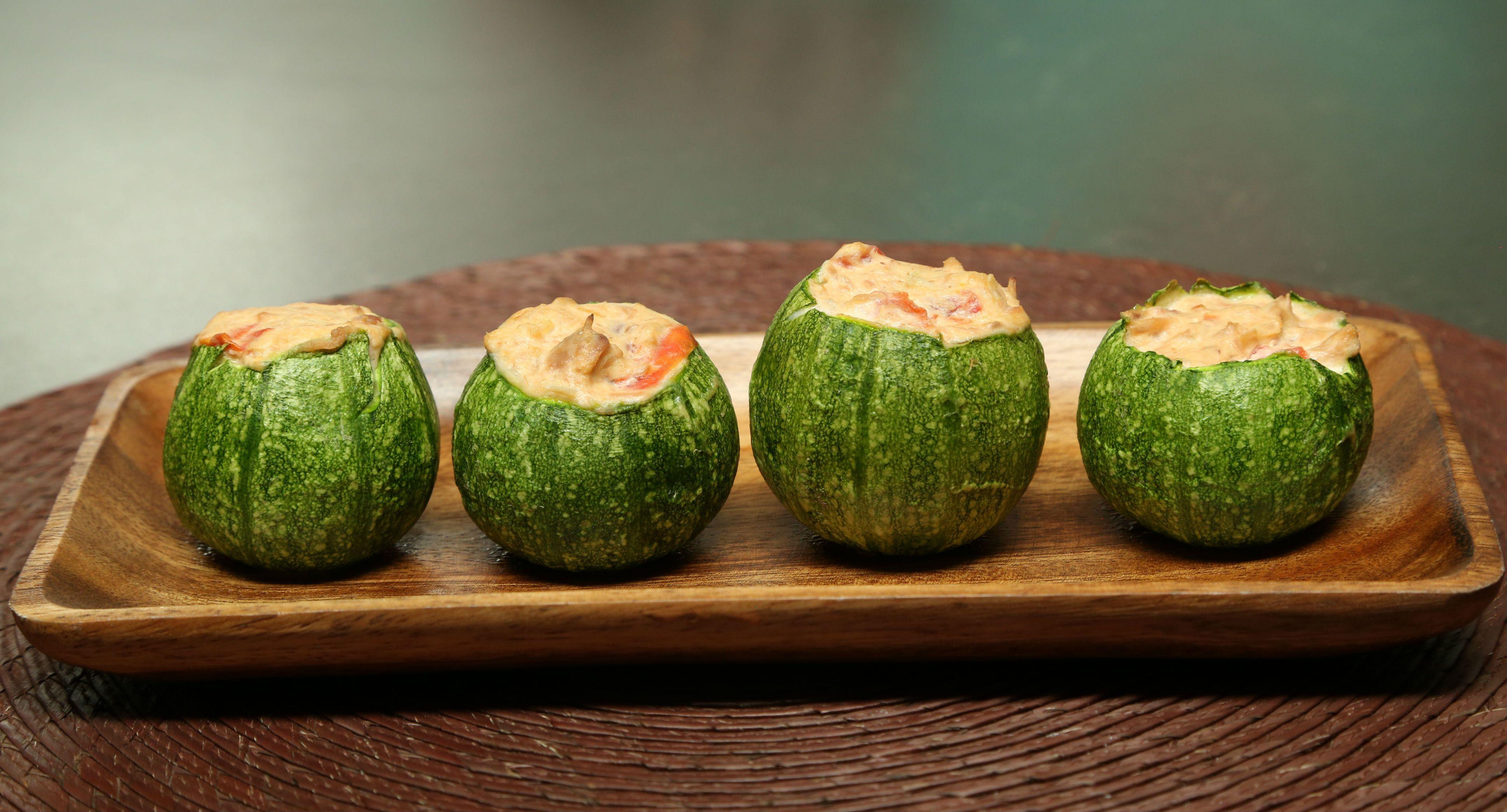 Si quieres que tu familia tenga un platillo saludable y delicioso, te comparto mi tip para saber cómo hacer calabacitas rellenas de atún.