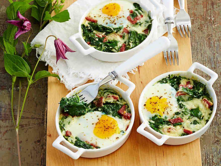 Maukkaat ja makkaraa sisältävät muna-pinaattipaistokset valmistuvat nopeasti uunissa ja maistuvat brunssilla tai iltapalalla. https://www.yhteishyva.fi/ruoka-ja-reseptit/reseptit/muna-pinaattipaistokset/015110