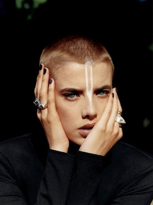 femme, cheveux ultra courts, raséé