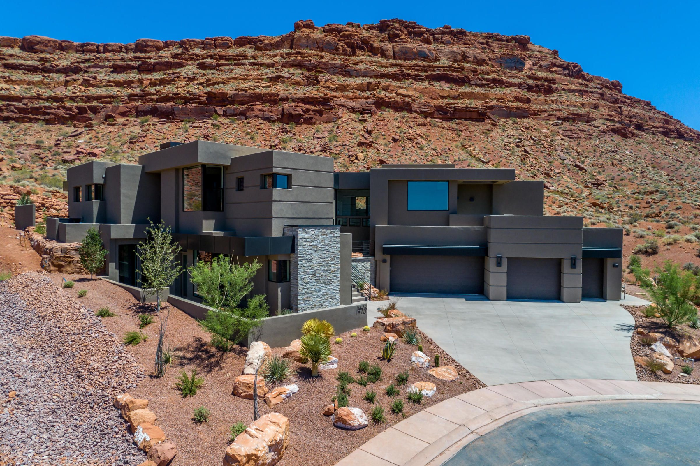 This elegant home located in the Vistas in Entrada, backs up to the expansive open space Desert Tortoise Reserve with full privacy and unobstructed views of Kachina Cliffs. #WindermereUtah #UtahHomes #RealEstate #UtahRealEstate #StGeorge #HomeExterior #Modern #Entrada #DesertHome #Desert #UtahDesert #Contemporary #HomeDesign #Architecture #ArchDaily #Arch_Daily