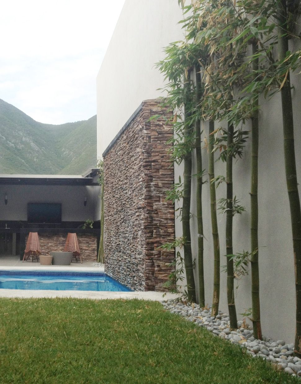 Jard n con sala techada alberca muro llor n y asador for Decoracion exterior jardin