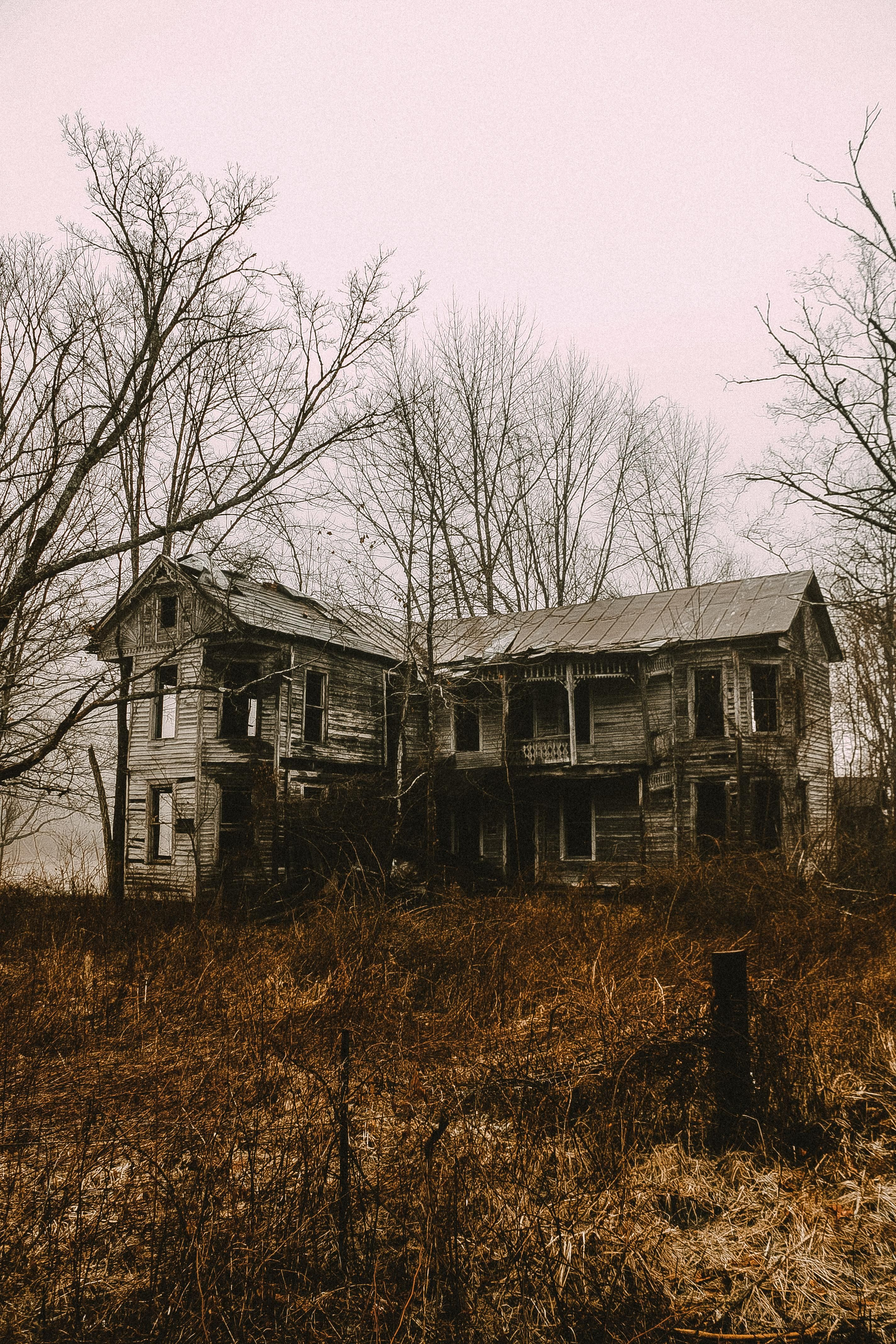 Rural Kentucky Abandonment Gingerbread House Formerly Owned By A Surgeon Apparently There Was An Opera Abandoned Farm Houses Creepy Houses Abandoned Places