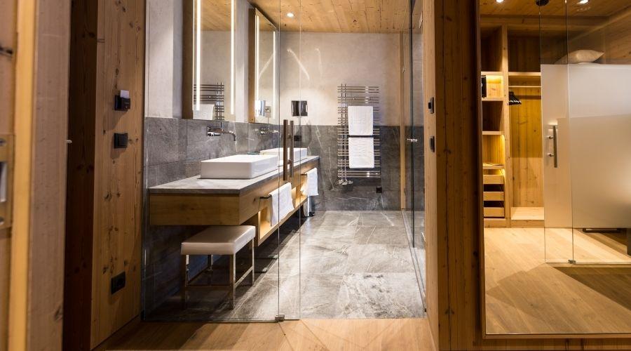 Badezimmer Holz ~ Toller materialmix aus holz und fliesen im badezimmer so wird ein