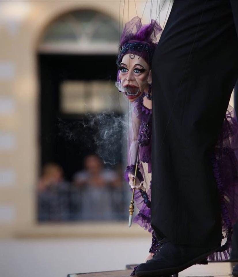 Meio Marionete, meio dama da noite, fumo, absinto, solidão, cheiros fortes, paixões avassalasoras, beco, fuga... Assim foram e são as mulheres, as flores... Saravá!!!