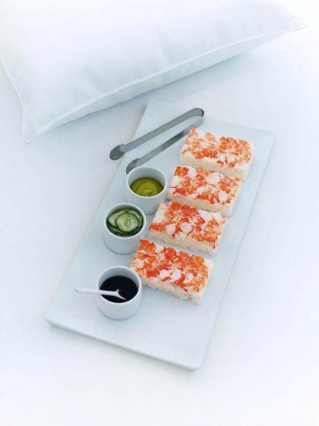 sushi de camarão com pepino em conserva