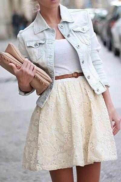 Suloinen pitsihame sopii täydellisesti yhteen vaalean farkkutakin kanssa.