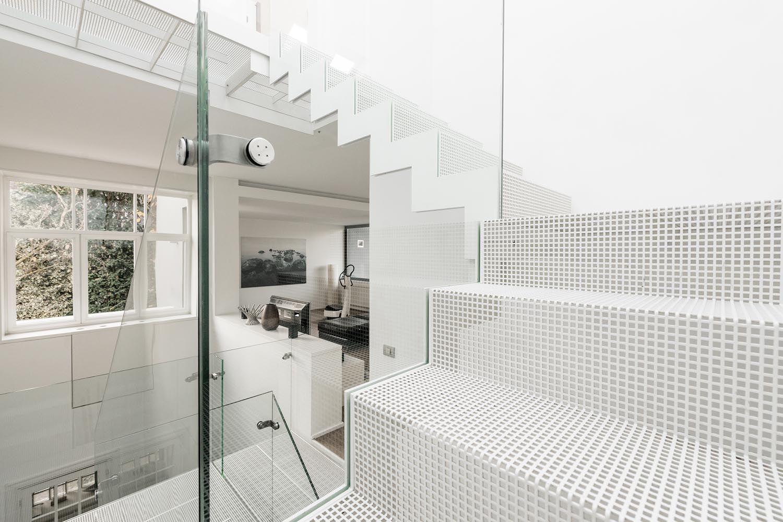 Metalen design trap geperforeerde staalplaat wit gelakt