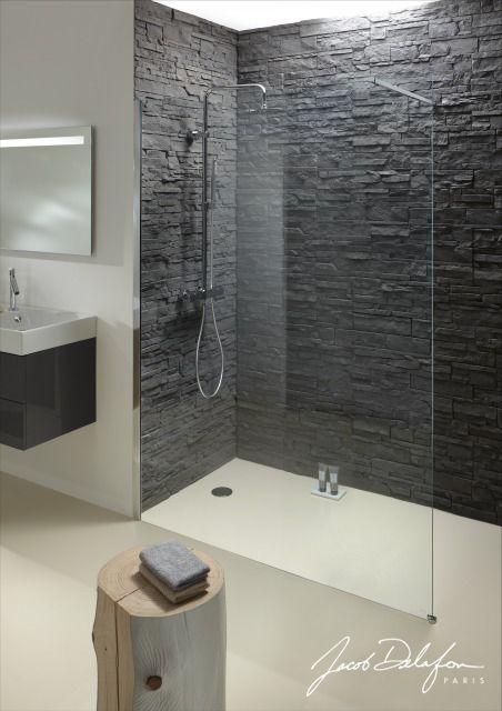 Une douche en briques noires : Une des grandes tendances actuelles : les plaquettes de parement dans la salle de bains! Chez Jacob Delafon, ils ont imaginé votre douche CONTRA avec un mur en briques noires. #parement #tendance #déco #douche #salledebains #jacobdelafon