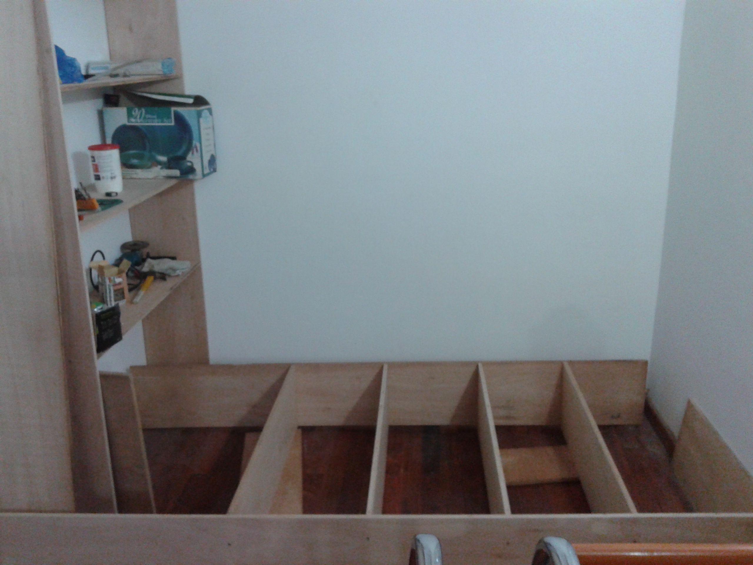 El segundo estante es también de madera contrachapada y se ubica como un gemelo enfrente al primero.