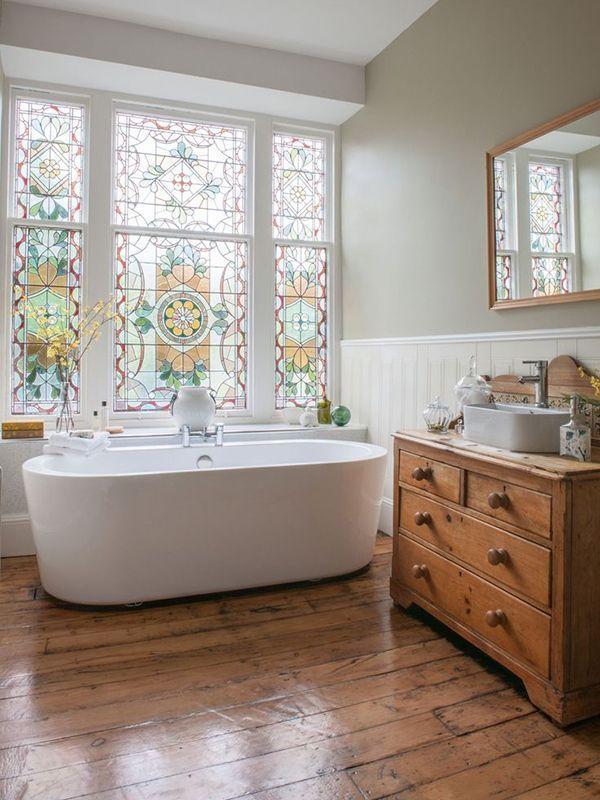 Badezimmer Waschtisch Kommode Holz Antik Waschbecken, Freistehende  Badewanne Modern Schlicht, Holzverkleidung, Wandfarbe Beige, Holzdielen, ...