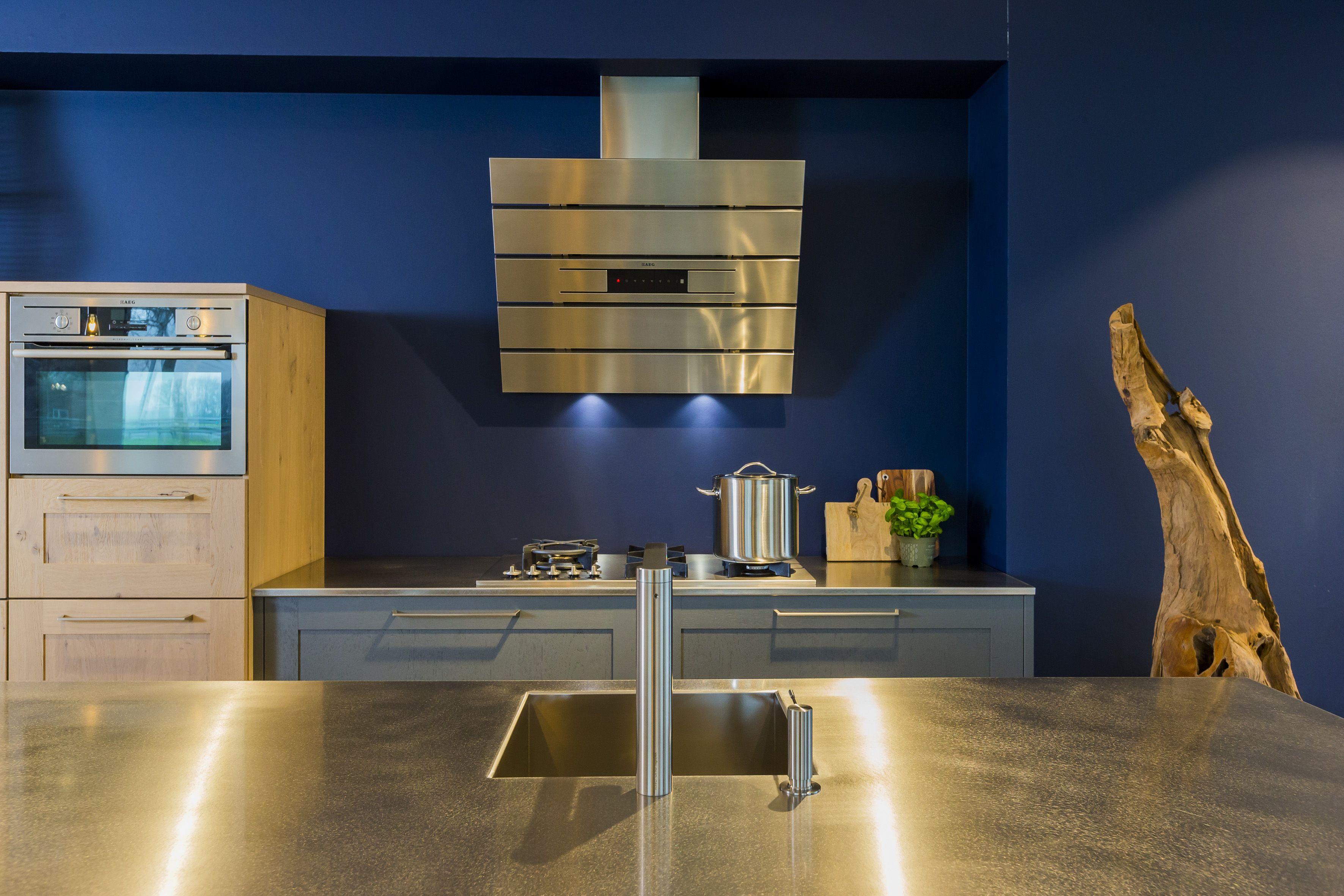 Ideas Industriele Keuken : Modern industriele keuken met rvs blad en spoeleiland. deze