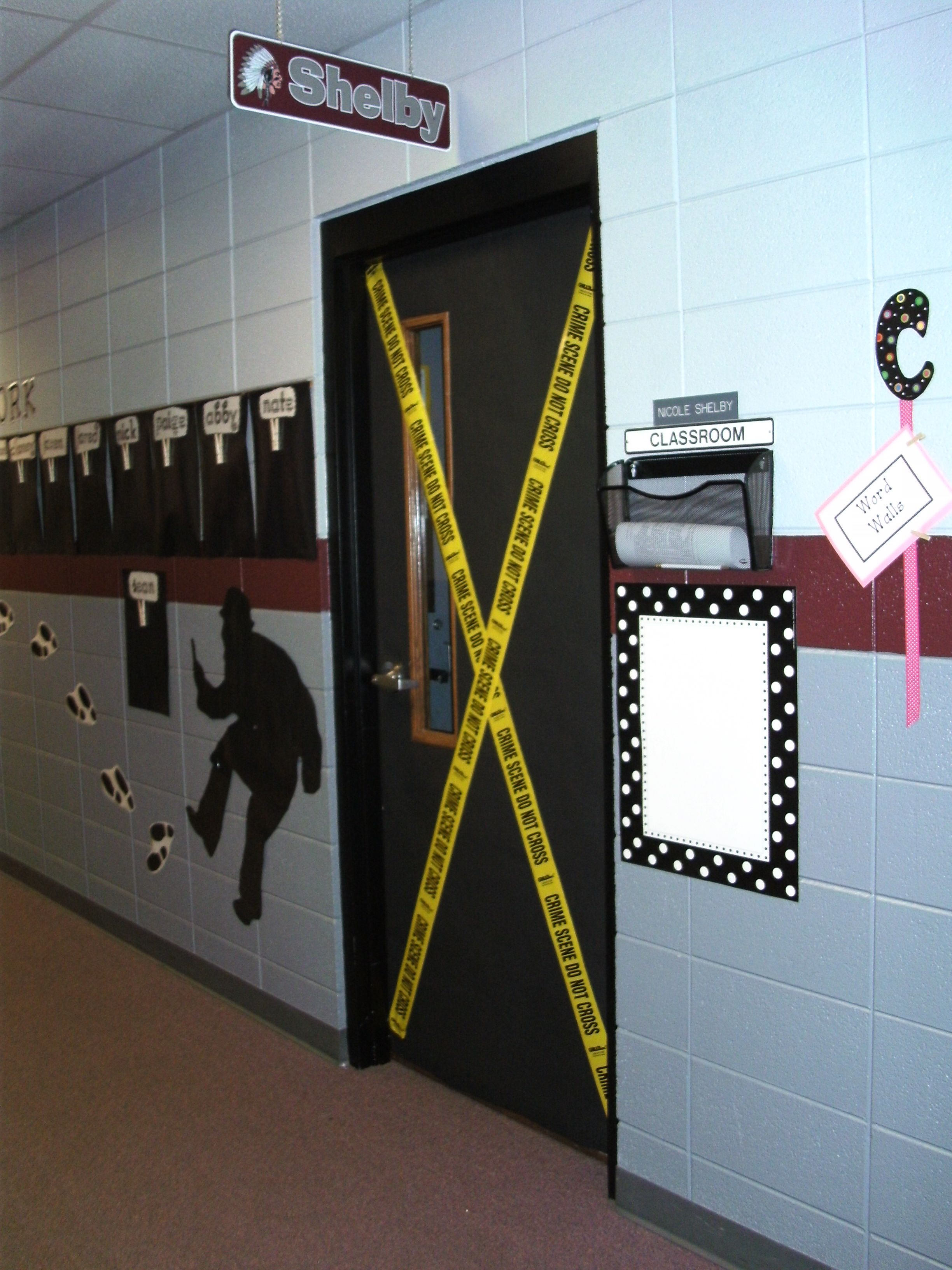 My classroom door detective pinterest roman policier for Decoration porte arts visuels