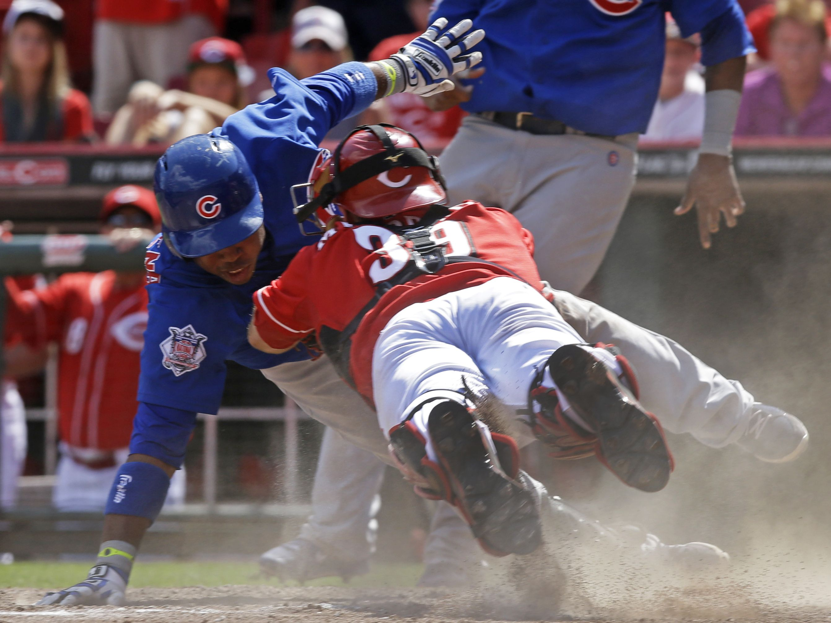 Reds Catcher Devin Mesoraco Dives To Tag Out Cubs Luis Valbuena At Home Plate In The 12th Inning Of A Game American League Sports Baseball Baseball Players