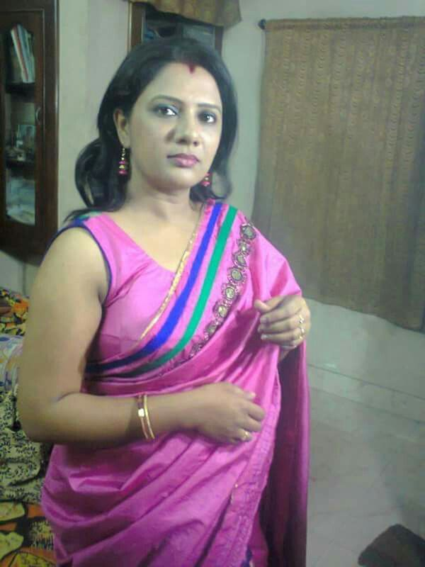 Real hot aunty in saree with sleeveless blouse real life for Desi sexy imege