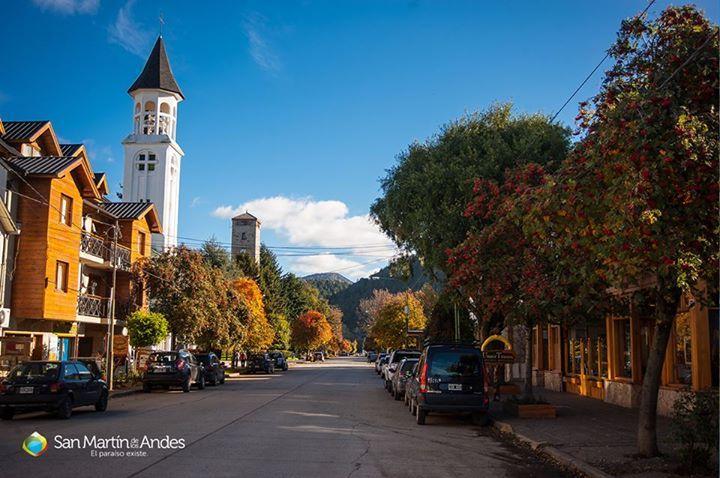 La calle Roca, con los colores del otoño ... en la vereda de la derecha, la confitería Unser Traum, mi preferida en San Martín de los Andes . A la izquierda, la torre de la Iglesia San José Obrero y más atrás, se ve la parte superior de la Municipalidad.