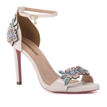 8c5934c4d Carmen Steffens Sandalia Off White Flores - DESCRICaO Os bordados estao  bombando no mundo fashion seja em bolsas, roupas ou calcados!