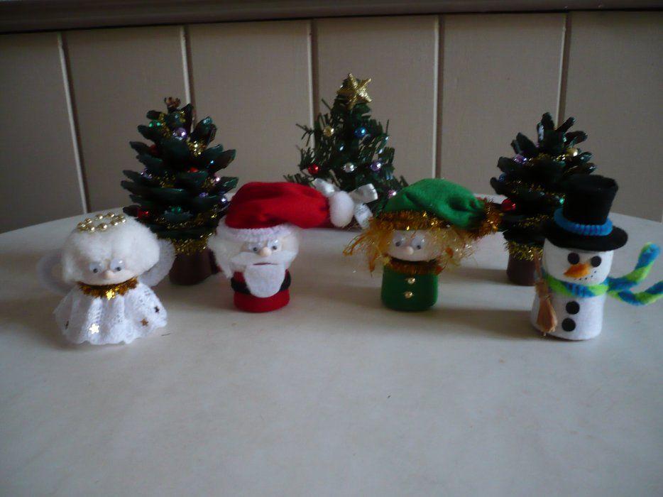 Des petits personnages de noel r alis s avec des bouchons for Petit objet de decoration
