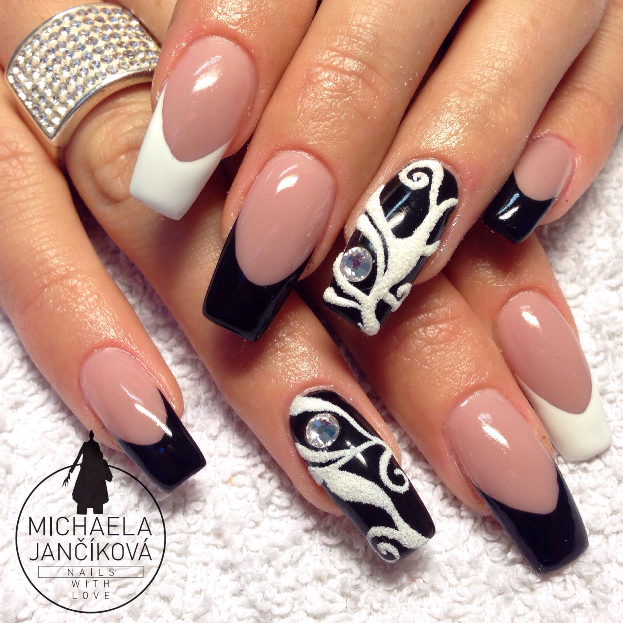 B&W black and white nails, velvety sands and extreme smile line ...