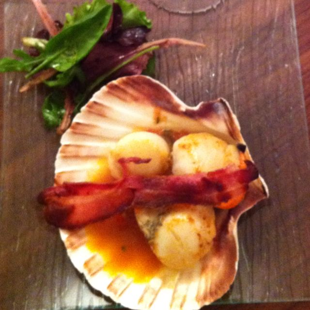 Scallops in tomato sauce with bacon