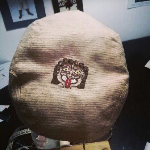 La gorgona siracusana, ricamo fatto a mano su coppola realizzata con tessuto recuperato dagli scarti aziendali. Made in Siracusa. 100% artigianale