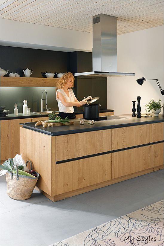 27.10.2018 - Holz bringt Wärme in die Küche und lässt sich hervorragend mit Schwarz kombinieren. Diese Holzküche hat nicht nur eine schwarze Arbeitsplatte, auch die Blenden sind schwarz gehalten. #kueche #küchen #küchendesign #holzküchen #kitchen #kitchendesign#holz