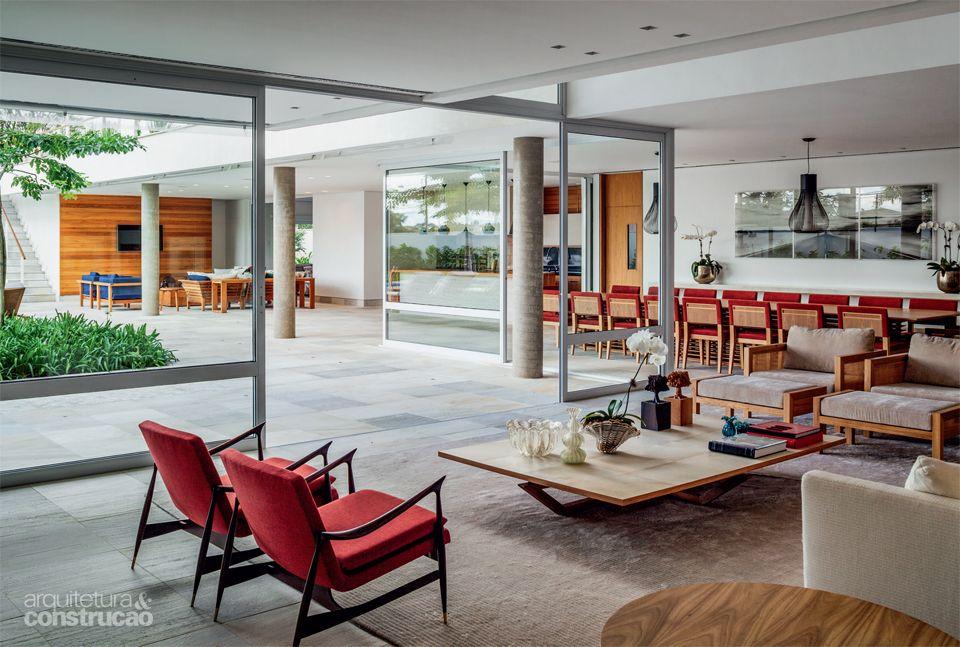 Casa no interior explora ao máximo a iluminação natural - Casa