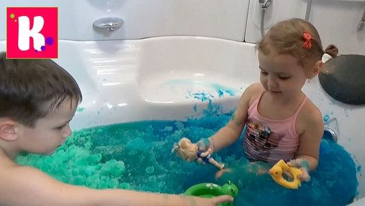 Парень купается в ванной видео, снятый
